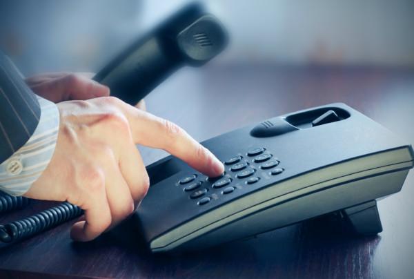 携帯電話やスマホは使わず固定電話で連絡をする