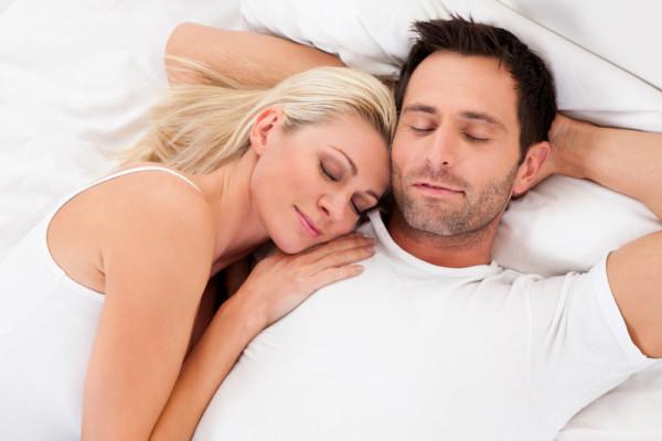 腕枕をして眠る
