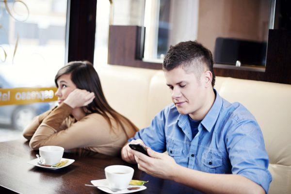 なぜあの人はデート中にスマホばかり見るの? その理由と対処法