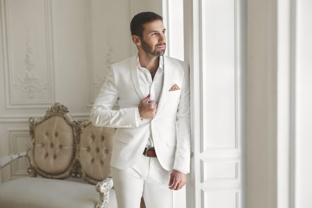 主役とカブる白スーツもNG