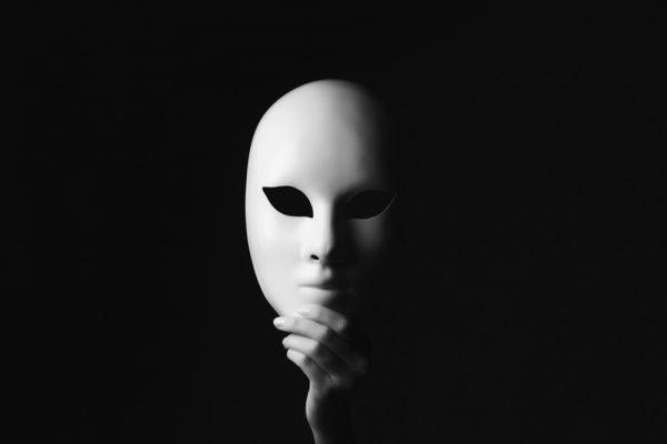 他人の評価を高めるために偽りの自分を演じる