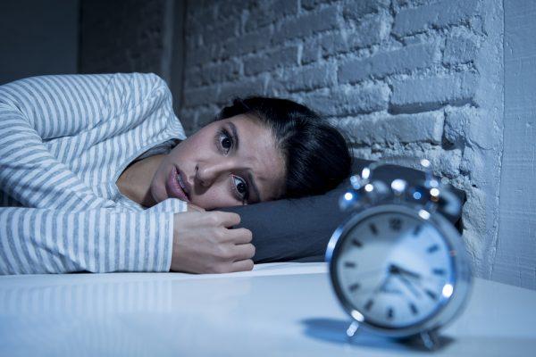 女性に孤独と不安感を与える行動