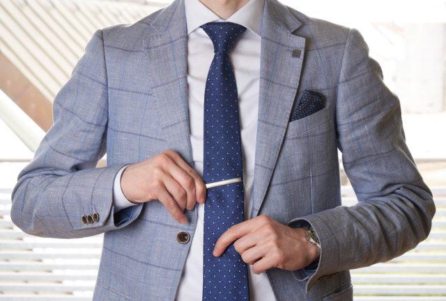 ジャケット着用時のネクタイピンの付け方