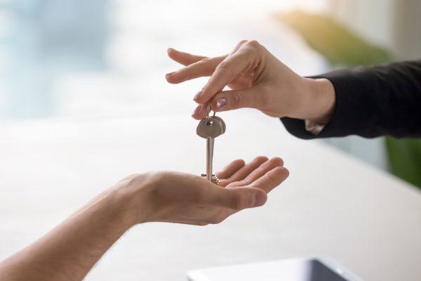 一人暮らしの男性は「いつ」彼女に合鍵を渡すのか