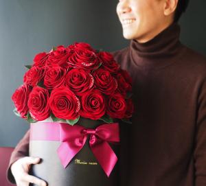 「永遠に咲き続ける」花と全てがハンドメイドという贅沢