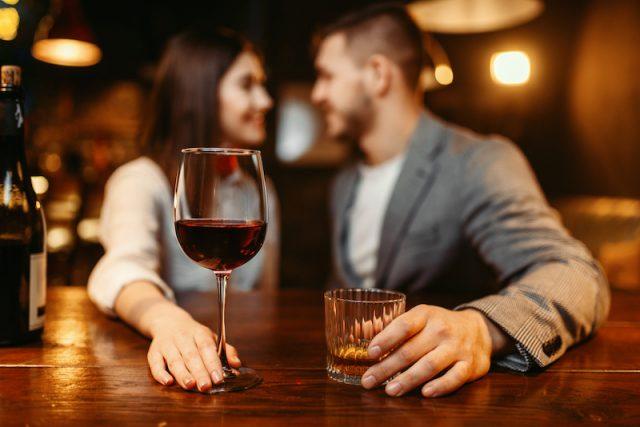 本命女子とデートするならカウンター席がおすすめ!成功率を上げる心理学とは