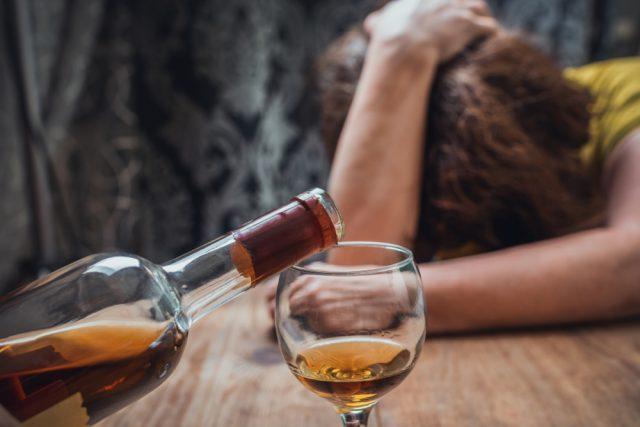 【酒癖が悪い女性の特徴】その原因とドン引き行動5つを分析