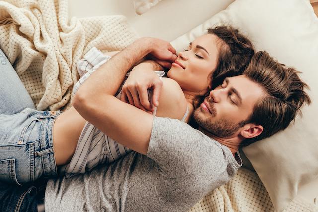 カップル必見!寝方でわかる深層心理と親密度診断9パターン