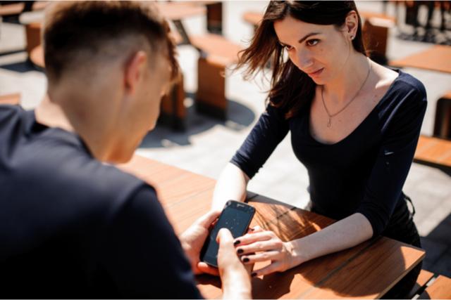 デート中にスマホを触らない・触らせないようにする方法