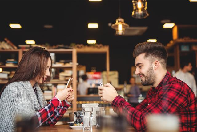 デート中にスマホを触ってしまう人の心理
