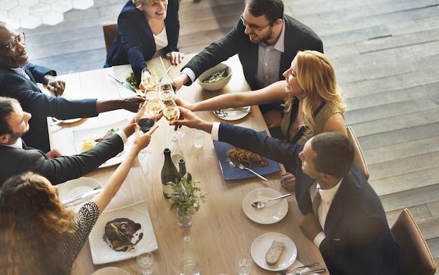 女性の上司や同僚とも社交的に付き合える男性