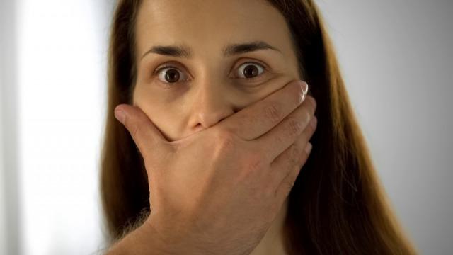 黙れと口を押さえつける